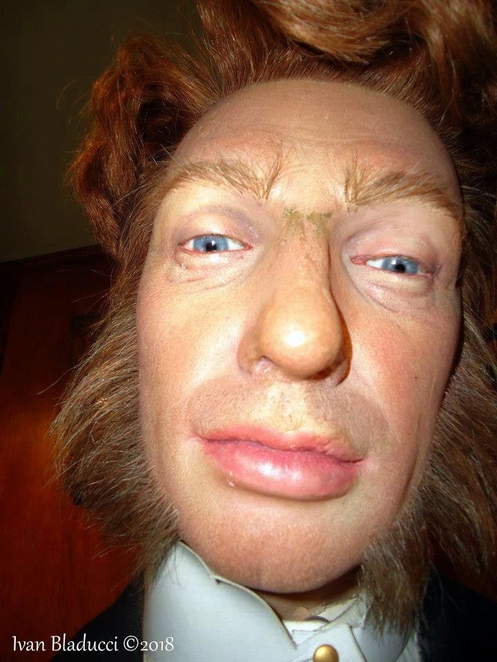 volto di uomo con occhi azzurri